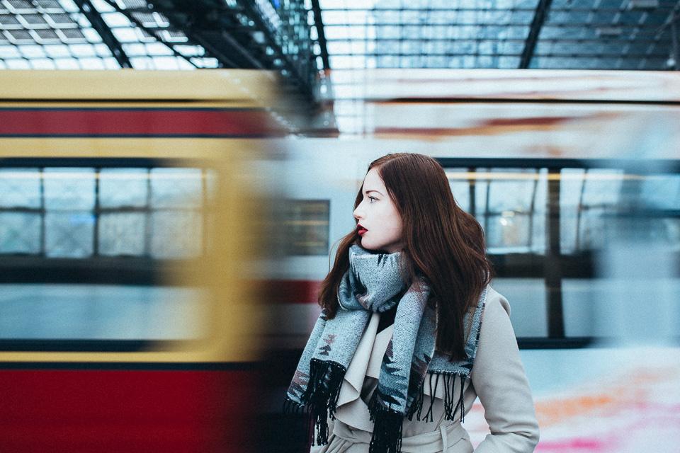 Porträt von Maren im Hauptbahnhof von Berlin