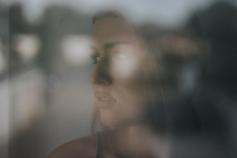 Porträt hinter einer Fensterscheibe in Wilhelmshaven