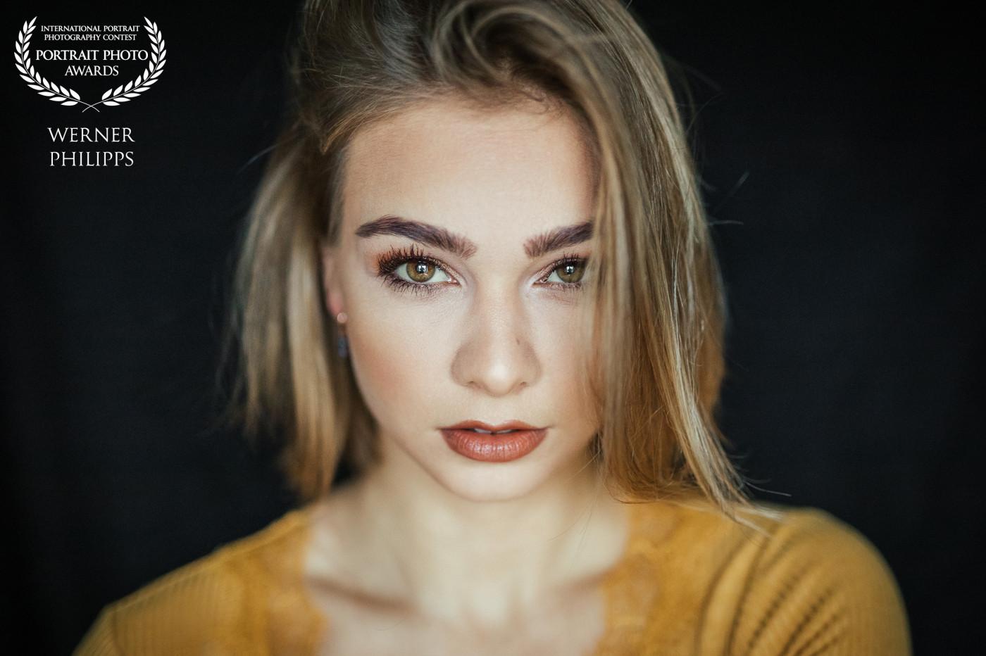 Portrait einer Frau vor schwarzem HIntergrund
